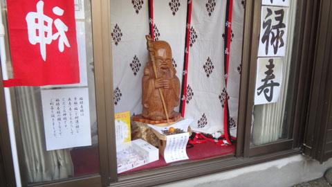 ここでは拝殿の横で木彫りの福禄寿さまも迎えてくれました。頭をなでて御利益をいただきましょう。