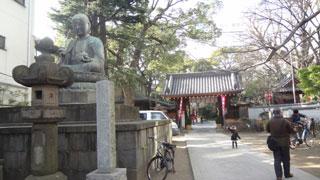 六地蔵のひとつの品川寺ですが、そのお地蔵様をながめながら進み、門をくぐって右側の本堂へ。