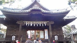 橋を渡ってまた左側の大きな恵比寿さまの石像を見ながら拝殿まで進みます。