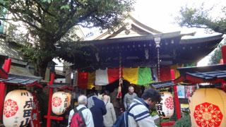 他の神社、寺院とは違って広くない敷地になかなかの数の参拝者。