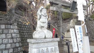 第一京浜まで出ると信号の向こうに白くで大きな品川神社の幟と大黒さまが見えます。