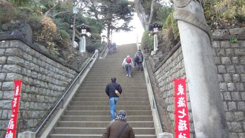 横断歩道を渡り、長い階段を上ります。