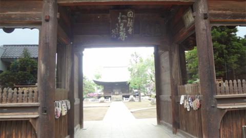 仁王門から姿をのぞめる建物が23区最古の木造建造物の釈迦堂です。