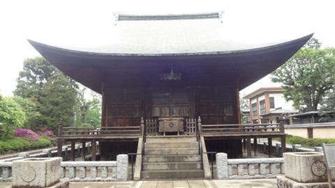 門をくぐって釈迦堂にお参り。